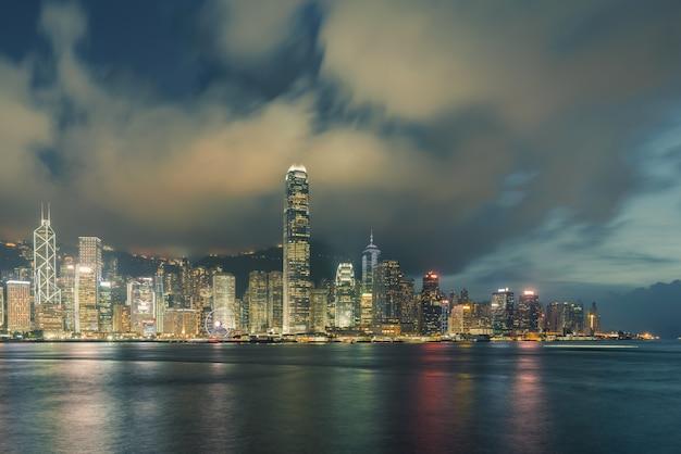 Vista notturna del porto di victoria a hong kong.