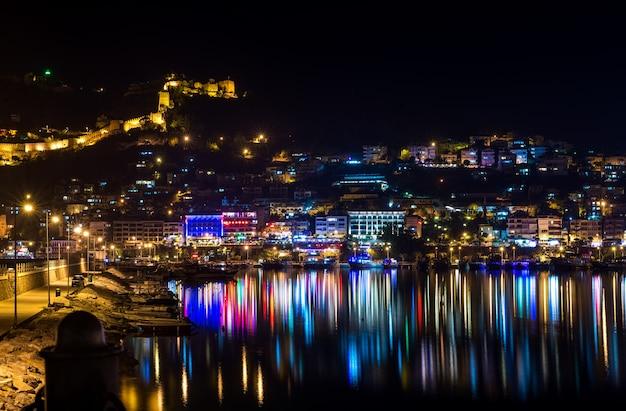 Vista notturna del porto, fortezza e luci notturne a alanya, turchia.