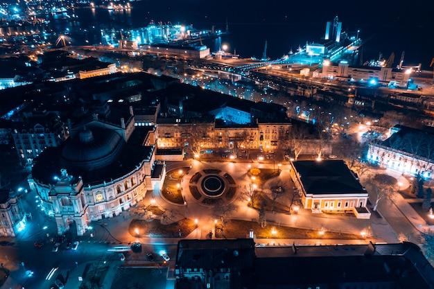 Vista notturna del teatro dell'opera di odessa