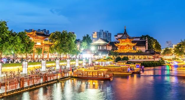 Vista notturna del vecchio fiume architettonico a nanchino