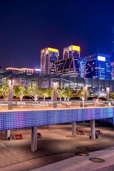 Vista notturna dell'architettura urbana moderna cinese