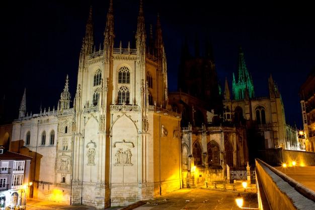 Vista notturna della cattedrale di burgos