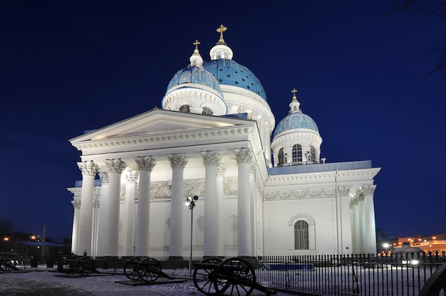 Vista notturna della cattedrale di troitsky a san pietroburgo, russia