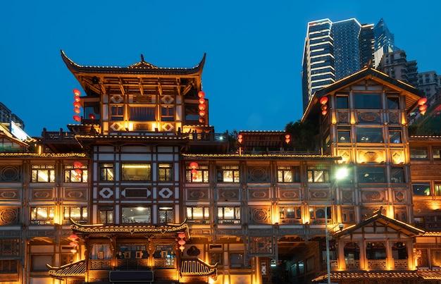 Vista notturna della città antica di hongyadong a chongqing, cina