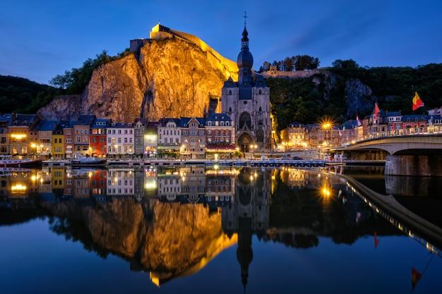 Vista notturna della città di dinant, belgio