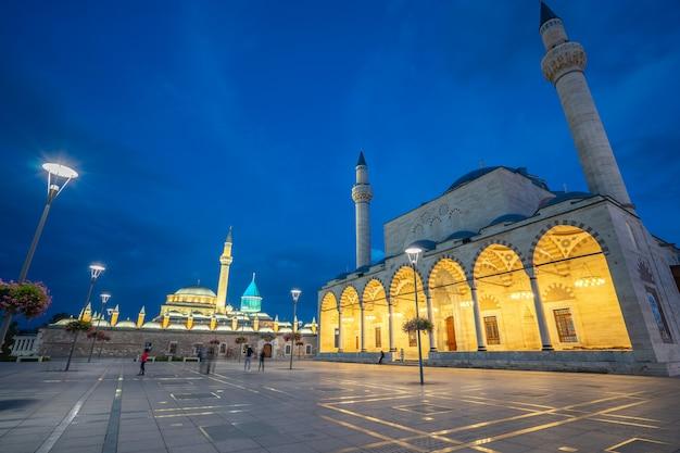Vista notturna della moschea selimiye e museo mevlana a konya, in turchia