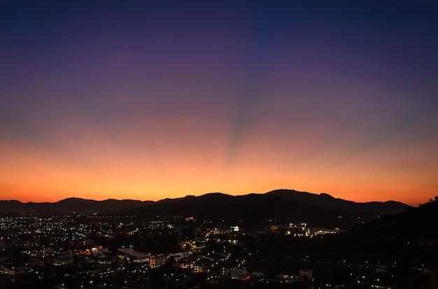 Vista notturna delle luci della città per lo sfondo