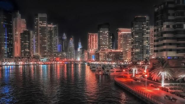 Vista notturna di dubai. splendida vista notturna del moderno quartiere degli affari di dubai