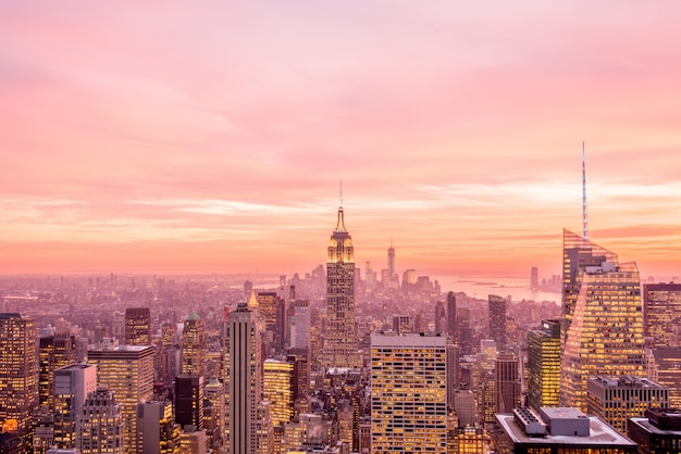 Vista notturna di new york manhattan durante il tramonto