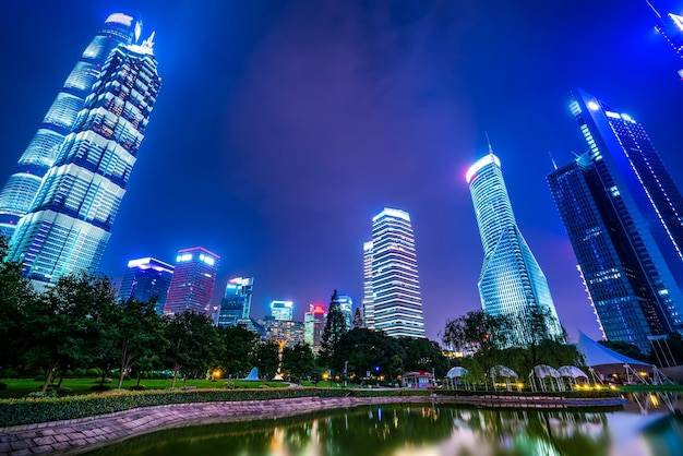 Vista notturna di spazio verde urbano e architettura moderna nel quartiere finanziario di lujiazui, shanghai