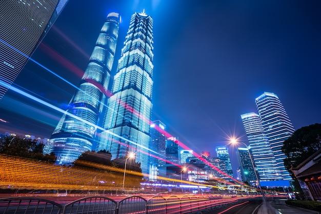 Vista notturna di strada urbana e moderno edificio nel quartiere finanziario di lujiazui, shanghai
