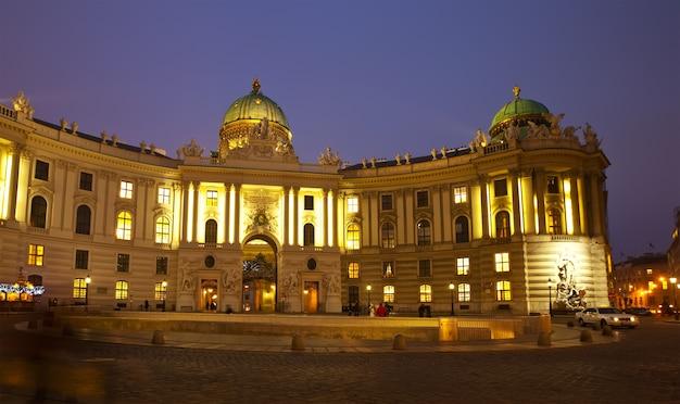 Vista notturna hofburg palace. vienna
