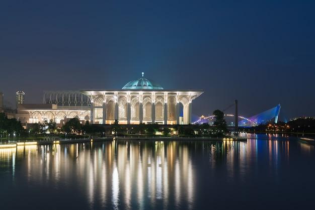 Vista notturna moschea della malesia a masjid besi o masjid tuanku mizan zainal abidin, putrajaya,