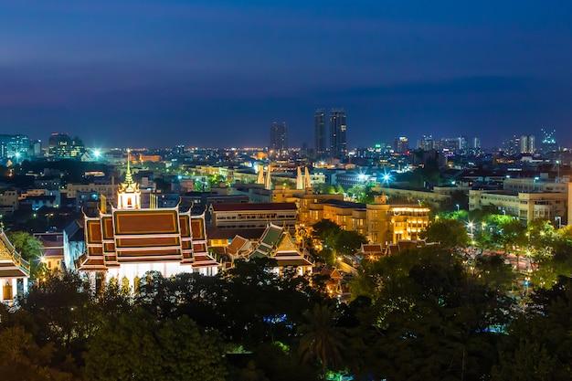 Vista notturna sulla città di bangkok
