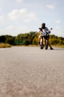 Vista offuscata del motociclista sulla strada