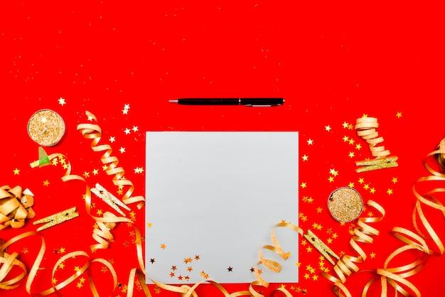 Vista orizzontale superiore del copyspace di concetto di risoluzione del nuovo anno. nastro adesivo, palle di natale