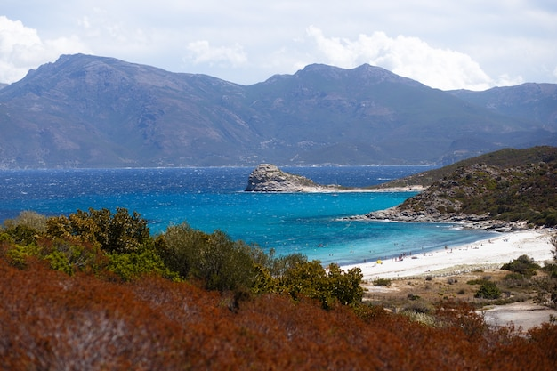 Vista orizzontale. vista dall'alto della corsica, francia, montagne e mare turchese sullo sfondo.