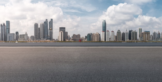 Vista paesaggio bianco asfalto blu lungo