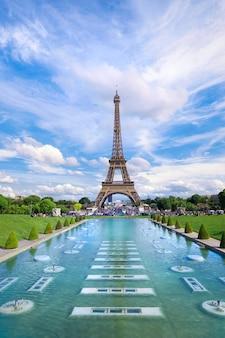 Vista panoramica anteriore simmetrica della torre eiffel sul pomeriggio soleggiato luminoso preso dalle fontane di trocadero.