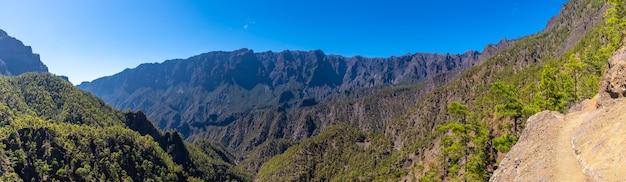 Vista panoramica dal trekking alla sommità di la cumbrecita accanto alle montagne della caldera de taburiente, isola di la palma, isole canarie, spagna