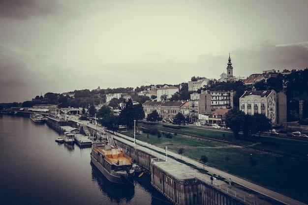 Vista panoramica del fiume di belgrado e di sava. repubblica di serbia
