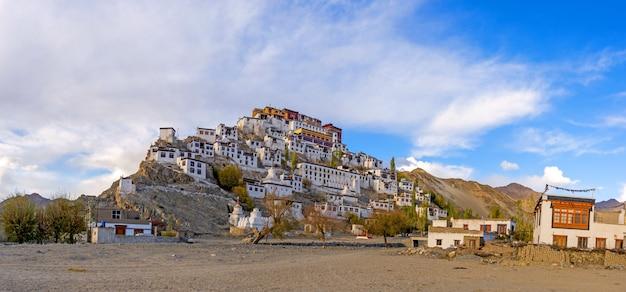 Vista panoramica del monastero di thiksey o thiksey gompa a leh ladakh