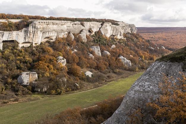 Vista panoramica del paesaggio di montagne e vegetazione