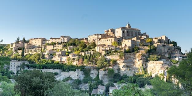 Vista panoramica del villaggio dell'unesco della città di gordes in francia