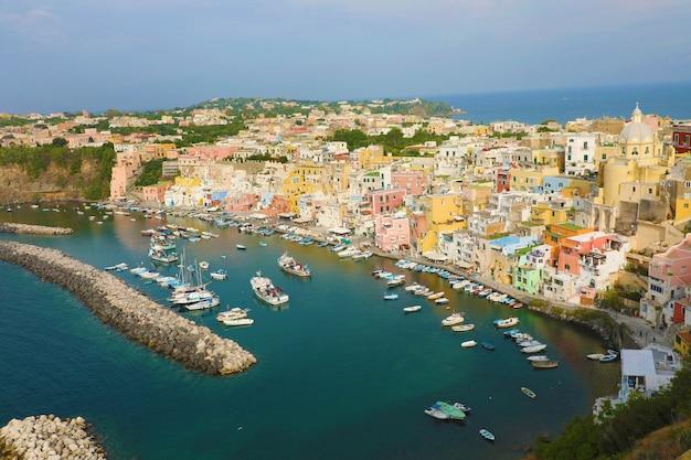 Vista panoramica della bellissima isola di procida, italia