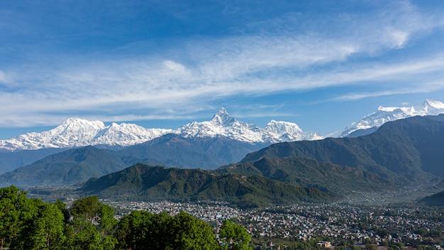 Vista panoramica della catena montuosa annapurna picco e machhapuchare picco
