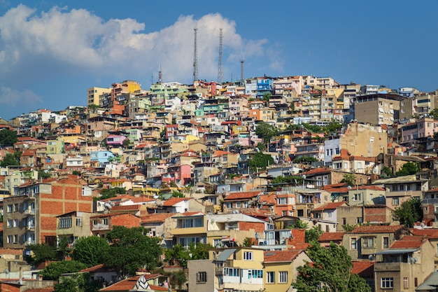 Vista panoramica della città di smirne dalla costruzione nella città. izmir è la terza città più grande della turchia.