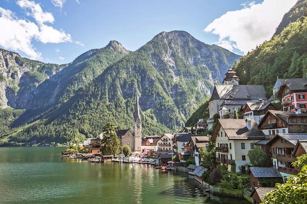 Vista panoramica della città sul lago di montagna di hallstatt