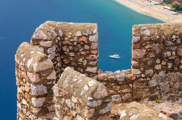 Vista panoramica della fortezza di alanya e di alanya in turchia in bianco e nero