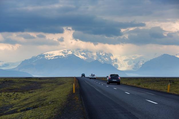 Vista panoramica della lunga strada andare al ghiacciaio skaftafell