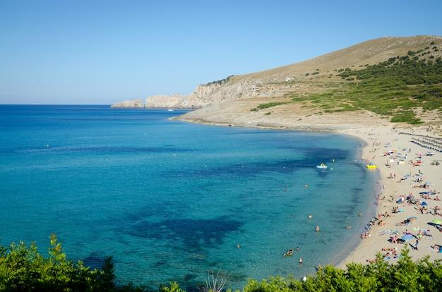 Vista panoramica della spiaggia di maiorca con acqua turchese. isole baleari.