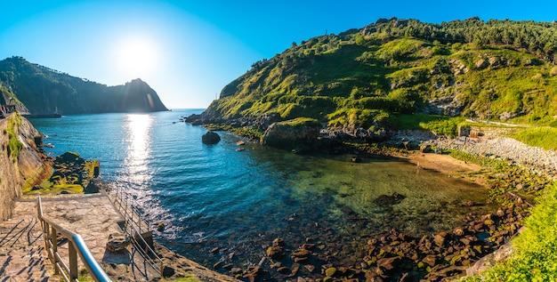 Vista panoramica della spiaggia nella città di pasajes san juan vicino a san sebastian. gipuzkoa, paesi baschi.