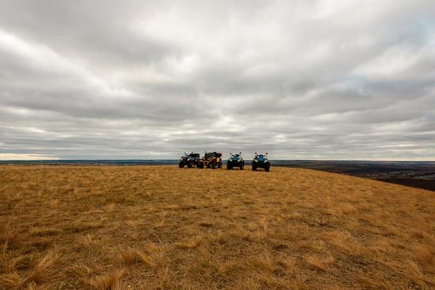 Vista panoramica delle bici del quadrato nel campo il giorno nuvoloso