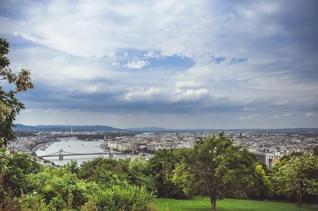 Vista panoramica di budapest sotto le nuvole di pioggia.