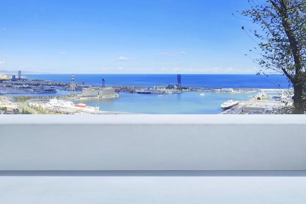 Vista panoramica di paesaggio marino e attività portuale