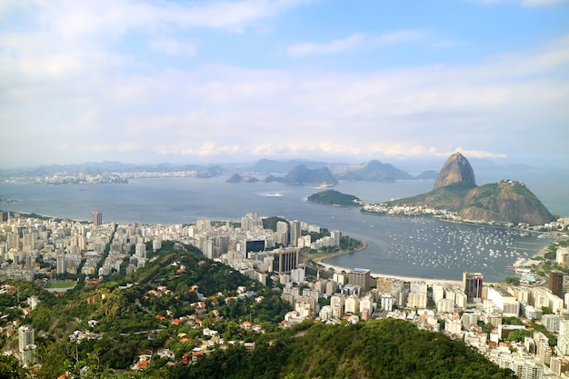 Vista panoramica di rio de janeiro con pan di zucchero visto dalla collina di corcovado, brasile