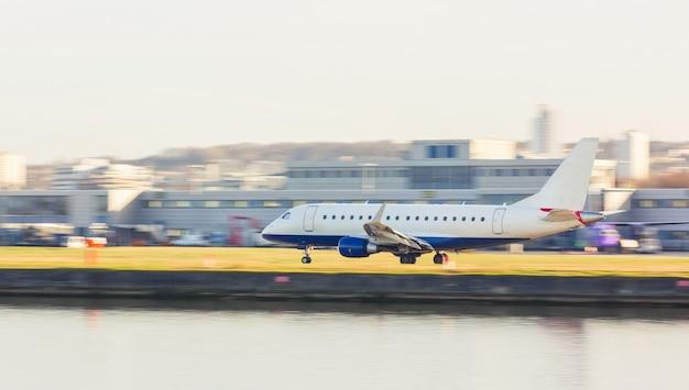 Vista panoramica di un aereo in decollo o in atterraggio