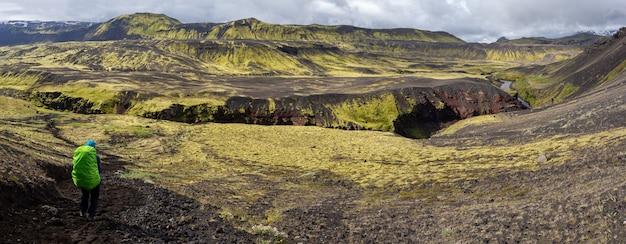 Vista panoramica di un viaggiatore donna che fa un'escursione la traccia di laugavegur in islanda