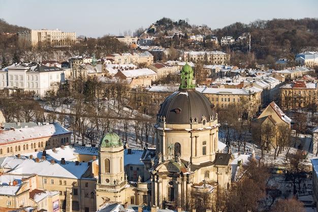 Vista panoramica invernale dal municipio sulla città di leopoli, ucraina
