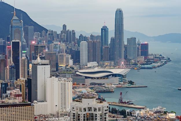 Vista panoramica stupefacente dell'orizzonte della città di hong kong prima del tramonto.