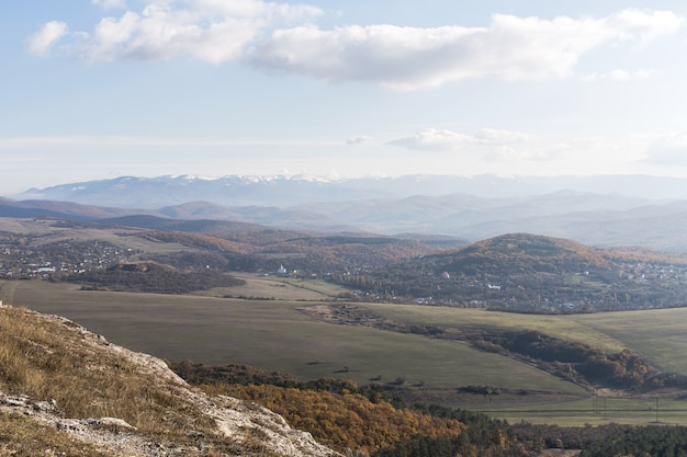 Vista panoramica su montagne e campi