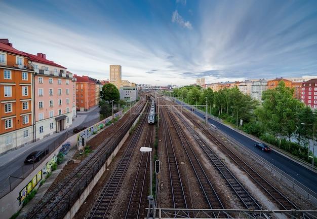 Vista panoramica sui binari della ferrovia molto trafficata e moderni edifici colorati di stoccolma