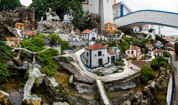 Vista parziale del famoso museo della casa di jose franco, situato nel municipio di mafra, raffigurante diverse tradizioni architettoniche urbane e lo stile di vita della cultura portoghese.