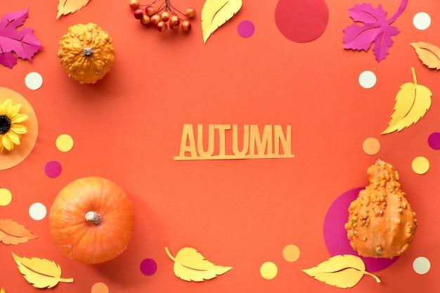 Vista piana caduta decorativa, vista dall'alto su sfondo di carta arancione con testo