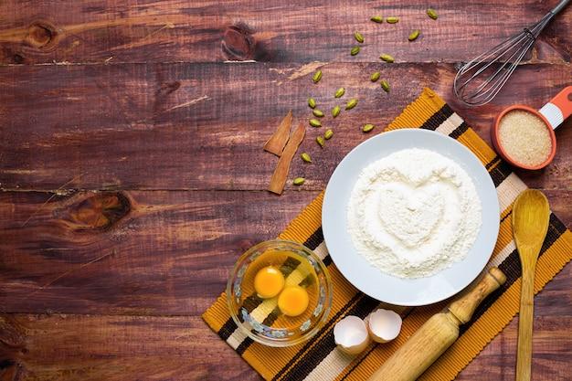 Vista piana degli ingredienti e degli strumenti di cottura domestica