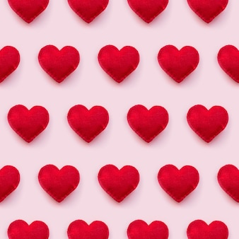 Vista piana dei cuori di san valentino su sfondo rosa